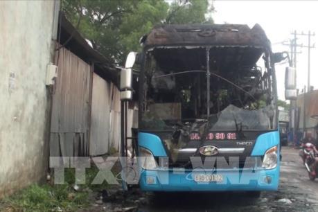 Cháy xe khách, hàng chục hành khách tung cửa thoát ra ngoài