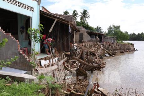 Sạt lở bờ sông nhấn chìm 9 căn nhà