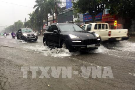 Nghệ An: Nhiều tuyến đường ngập sâu trong nước, giao thông hỗn loạn