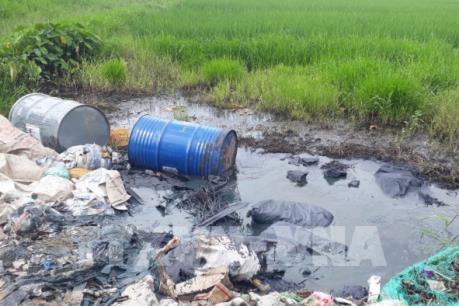 Tái diễn nạn đổ trộm hóa chất, chất thải độc hại trên Đại lộ Thăng Long