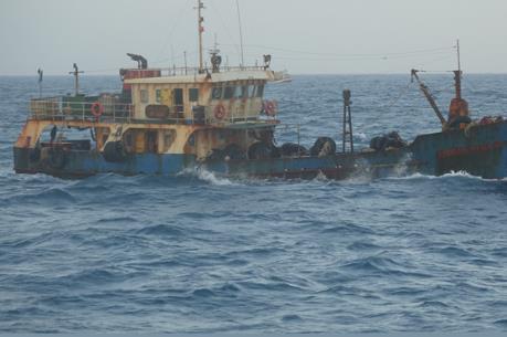 Tạm giữ 35.000 lít dầu không rõ nguồn gốc trên vùng biển Quảng Ninh và Hải Phòng