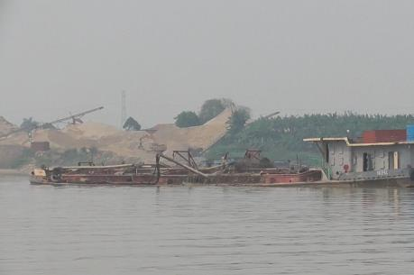 Hưng Yên bắt 2 tàu khai thác cát trái phép trên sông Hồng