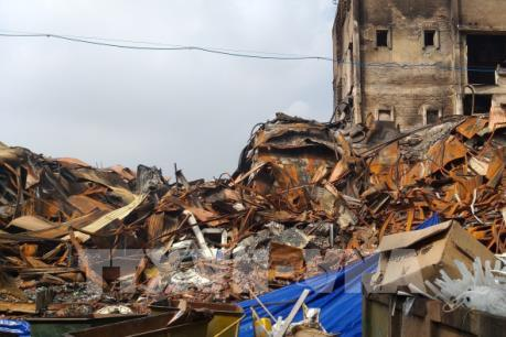 Những hình ảnh đầu tiên về việc tẩy độc khu vực nhà xưởng bị cháy của Công ty Rạng Đông