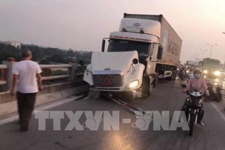 Xe container mất lái đâm hàng loạt xe máy trên cầu Thanh Trì