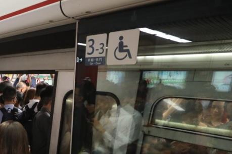 Tàu điện ngầm bị trật bánh tại Hong Kong (Trung Quốc)