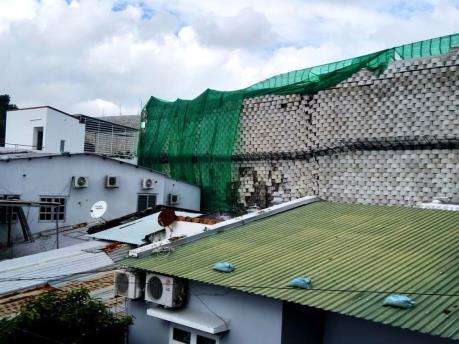 Tháo dỡ bức tường chắn cao 12 mét nằm cạnh khu dân cư