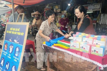 Người phụ nữ kiên trì đưa túi nilon tự hủy vào chợ truyền thống