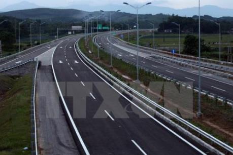 Xe máy lưu thông trái phép trên cao tốc đâm vào ô tô đầu kéo, hai người tử vong