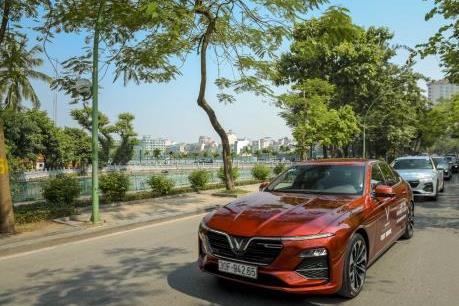 Dàn xế sang VinFast Lux dạo phố giữa tiết thu Hà Nội