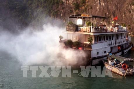 Tàu du lịch trên vịnh Hạ Long bất ngờ phát hiện đám khói