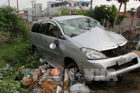 Tàu hỏa đâm xe ô tô 7 chỗ tại Phú Yên