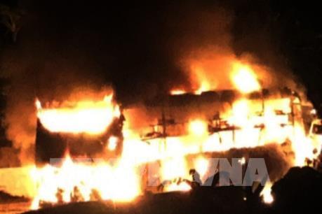 Xe khách giường nằm bốc cháy dữ dội trên đường Hồ Chí Minh
