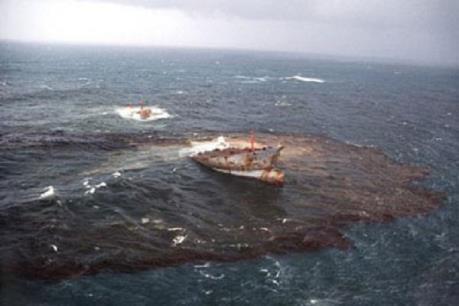 Brazil vớt được hàng trăm tấn cặn dầu trên các bờ biển
