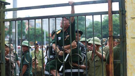 Nhiều người xưng thương binh tụ tập trước cổng VFF, đòi mua vé trận Việt Nam vs Malaysia