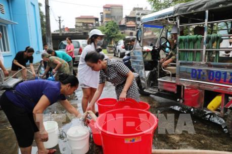 Người dân dùng mọi cách lấy nước miễn phí ở Nhà máy nước Hạ Đình