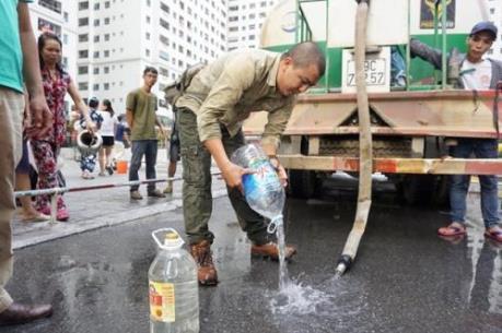 Muôn vàn cách ứng phó của người dân với sự cố nước sạch sông Đà
