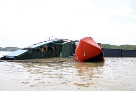 Tp. Hồ Chí Minh: Khẩn trương khắc phục sự cố chìm tàu trên sông Lòng Tàu