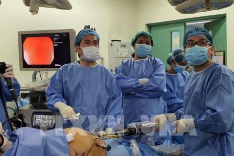 Bác sỹ Việt hướng dẫn phẫu thuật bằng rô bốt cho bệnh viện nước ngoài