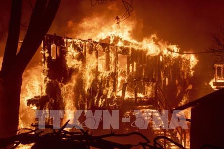 Sơ tán khẩn cấp vì cháy rừng ở California diễn biến phức tạp
