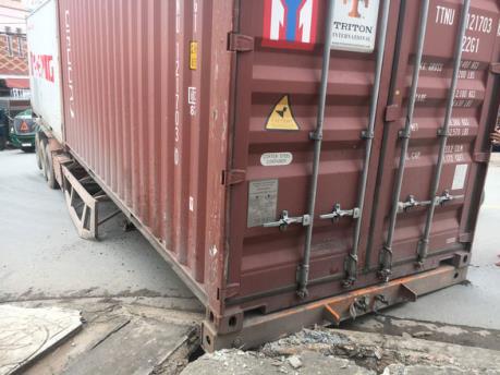 Thùng container rơi xuống đường làm một người chết