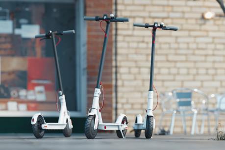 Người sử dụng xe trượt điện trên lối đi bộ có thể bị phạt tù