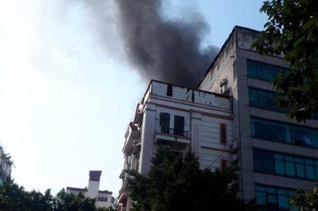 Cháy tại tòa nhà cao tầng trên phố Trung Kính