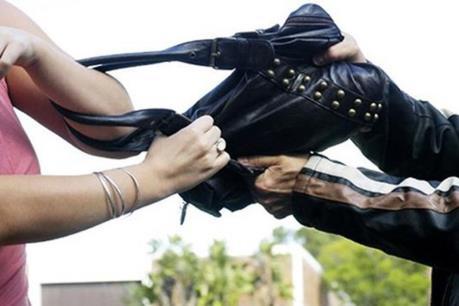 Khởi tố đối tượng gây ra hàng chục vụ cướp giật túi xách