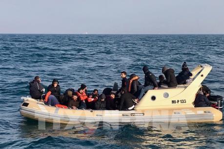 Anh bắt giữ 22 người di cư tại eo biển Manche