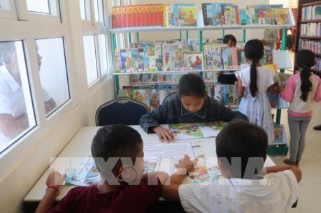 ĐSQ Việt Nam tặng 500 đầu sách cho Thư viện tỉnh Kampong Speu, Campuchia