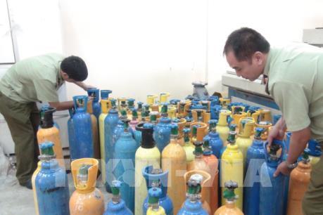 Quảng Bình bắt vụ vận chuyển hơn 60 bình khí cười