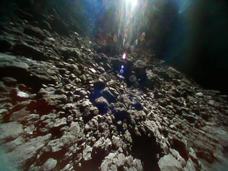 Lần đầu các mẫu đá trong lòng một tiểu hành tinh được mang về Trái Đất