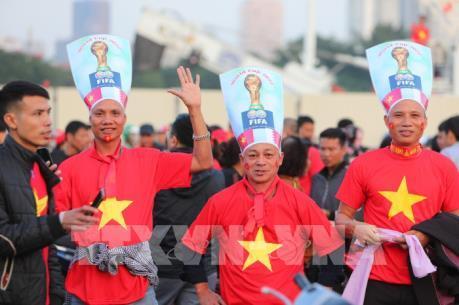 """Cổ động viên """"tiếp lửa"""" trước trận Việt Nam - Thái Lan"""