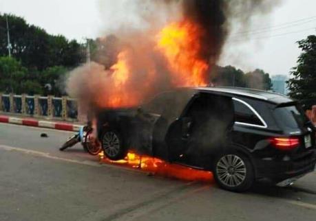 Tai nạn nghiêm trọng: Xe ô tô bốc cháy khiến 1 người tử vong