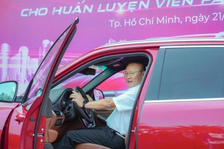 VinFast tặng xe Lux SA2.0 hơn 1,8 tỷ đồng cho HLV Park Hang-seo