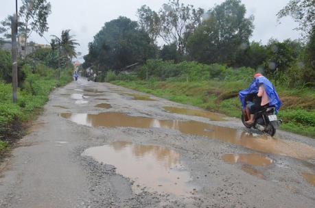 Người dân khổ sở vì đường xuống cấp nghiêm trọng