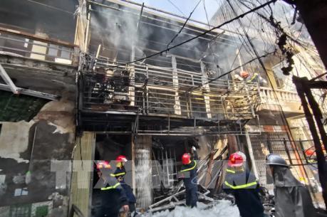Cháy lớn do nổ xe chở gas tại phố Bùi Ngọc Dương (Hà Nội)