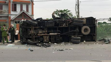 Nam Định: Hai xe tải đâm trực diện khiến 2 tài xế thương vong