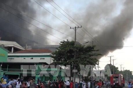 Khống chế vụ cháy kho hàng trong Khu công nghiệp Sóng Thần 1, Bình Dương