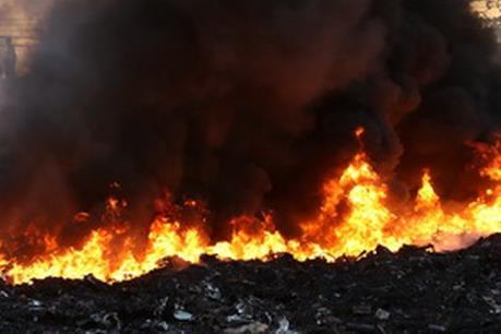 Cháy tại bãi chứa phế liệu gây ách tắc Quốc lộ 32C