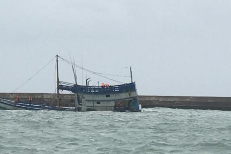 Phú Yên: 2 ngư dân mất tích trong vụ sóng đánh chìm tàu cá
