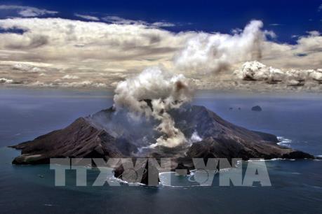 New Zealand: Núi lửa White Island bất ngờ phun trào