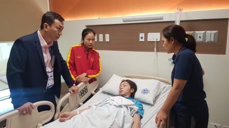 Nữ tuyển thủ Việt Nam kiệt sức, phải nhập viện sau trận gặp Thái Lan