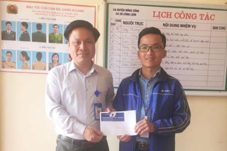 Nhân viên kinh doanh VinaPhone Thanh Hóa trả lại tiền cho người đánh mất