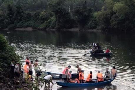 Lật thuyền khi đi ngắm cảnh, hai bố con cùng bị đuối nước