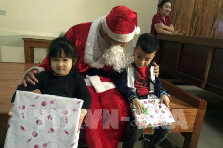 """Dịch vụ """"ông già Noel"""" tặng quà dịp lễ Giáng sinh hút khách"""
