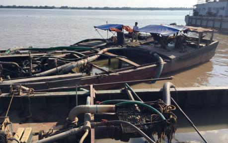 Bắt giữ 6 phương tiện hút cát trái phép tại tỉnh Quảng Ninh