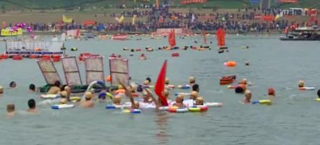 Hàng nghìn người bơi vượt sông chào đón năm mới 2020