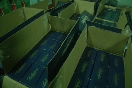 Bắt giữ vụ vận chuyển hơn 500 chai rượu ngoại không rõ nguồn gốc