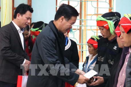 Trưởng ban Tuyên giáo Trung ương tặng quà Tết hộ nghèo, gia đình chính sách tại Hà Giang