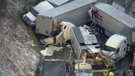 Xe buýt lao từ đồi xuống gây tai nạn liên hoàn, ít nhất 5 người thiệt mạng